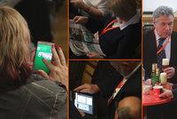 Delegáti ČSSD si krátili sjezd kartami, čtením Blesku i pivem. A hlučeli