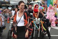 Těhotná novozélandská premiérka kráčela v pochodu gayů a leseb. Přidal se i ministr