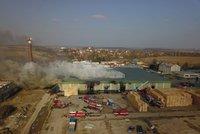 VIDEO: Hoří mrazírny v Mochově, D11 je zahalená dýmem. Hasiči vyhlásili zvláštní stupeň poplachu