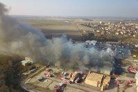 Mohutný požár mrazíren v Mochově mají hasiči pod kontrolou. Na místě ještě zůstávají
