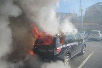 Vážná bouračka na Tachovsku: Auto po nárazu do stromu shořelo, čtyři lidé se zranili