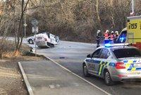 Dramatická honička skončila nehodou: Řidič ve Zbraslavi otočil kradené auto na střechu, navíc měl zákaz řízení