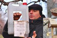 """Milovník opeřenců Michal (45): """"Možná jsem převtělený pták,"""" říká. Pytle zrní jim obden sype už osm let"""