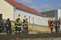 Vlak v Radotíně srazil osobu: Hasiči cestující evakuovali, doprava na trati mezi Prahou a Berounem stojí