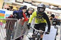 Bikeři ovládli Pankrác. V obchodním centru sjížděli eskalátory
