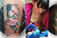 """""""Přitlač, ty svi*ě, křičel na mě při tetování klient. Odešel nedodělán,"""" líčí tatérka Moni (31). Svým tělem vypráví příběh"""