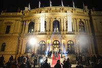 PŘÍMÝ PŘENOS: Červený koberec cen Český lev! Hvězdy míří do Rudolfina