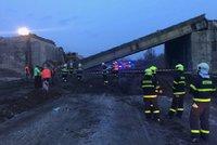 Na dálnici na Novojičínsku spadl most. Při nehodě se zranil řidič bagru