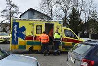 Otřesná nehoda v Heřmanově Městci: Na přechodu srazilo auto dva chodce, skončili v nemocnici