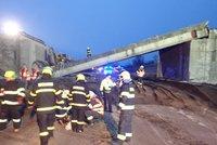 Na dálnici na Novojičínsku spadl most. Po demolici je vážně zraněný řidič bagru