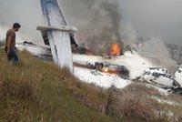 Letadlo havarovalo při přistání. 40 mrtvých v Nepálu, z trosek vytahují další oběti