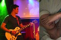 Kytarista známé kapely skončil po odběrech v kómatu: Na sestřičku chce podat trestní oznámení