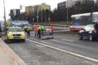 Tragédie v Hostivaři: Dva chodci po nehodě zemřeli, další dva jsou zranění