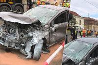 Na Albertově po nehodě vykolejila tramvaj! Provoz je zastaven, linky jezdí jinudy