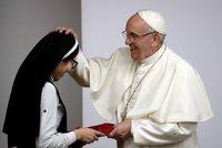 Papež poučil jeptišky o Facebooku a spol. Varoval je před plýtváním časem