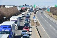 Dálnici D8 na Prahu blokuje nehoda: Srazily se náklaďáky s osobním autem, tvoří se kolony