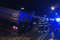 Strahovský tunel ve směru na Břevnov uzavřela nehoda. Řidič nákladního auta se zranil