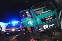 Strahovský tunel ve směru na Břevnov uzavřela nehoda. Řidič náklaďáku se zranil