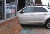 To se nepovedlo: Teenagerka najela při řidičských zkouškách do budovy autoškoly