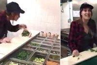 Obsluha fast foodu naplivala zákaznici do jídla. Nechutný moment zachytila kamera