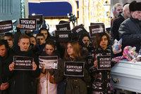 """""""Lžou nám i o počtu mrtvých. Putina do vězení!"""" Začaly pohřby obětí děsivého požáru"""