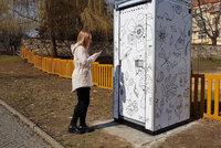 Kadibudka za 150 tisíc: Na WC se solárním panelem si ulevíte jen s mobilem