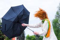 Počasí na pátek třináctého: Přeháňky a bouřky. Deštníky bude pokoušet silný vítr