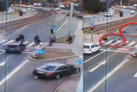 Děsivé video tragédie v Hostivaři: Řidič smetl lidi na přechodu, zůstali bezvládně ležet na silnici