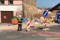 Muž zemřel pod zřícenou zdí v Radlicích: Policie obvinila osm lidí