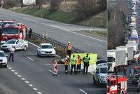 Nehoda uzavřela dálnici D7 u Buštěhradu: Srážku s osobákem nepřežil motorkář