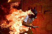 World Press Photo 2018: Prestižní soutěž vyhrála fotografie hořícího demonstranta z Venezuely