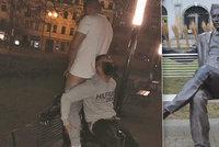 Ostuda v Prostějově: Mladíci sexuálně zneužili sochu Jiřího Wolkera!