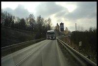 Děsivé video z Chebska: Kamion předjížděl přes dvojitou čáru! Ohrozil několik řidičů