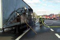 Na D1 havaroval kamion s kyselinou sírovou: Řidič má poleptané obě ruce