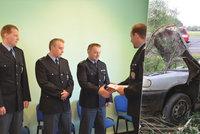 Titul Gentleman silnic získali za záchranu řidiče v  hořícím autě tři policisté mimo službu