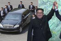 Kim si vzal na summit vlastní záchod, bojí se o fekálie. Bodyguardy nechal cválat u auta