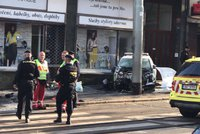 Policejní auto se v Ječné ulici srazilo s osobákem: Vyletělo ze silnice a začalo hořet