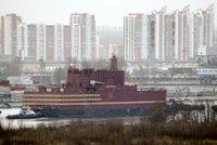 """""""Plovoucí Černobyl"""" se dal do pohybu: Z Ruska vyrazila první lodní jaderná elektrárna"""