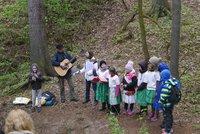 V Kunratickém lese otevřeli studánky a utopili Moranu. Tradice má téměř 40 let