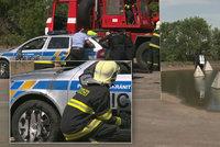 Policisté »utopili« služební vůz v silážní jámě: Na pomoc jim museli přijet hasiči s jeřábem