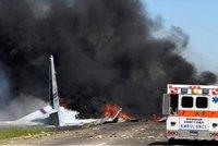 """Armádní letoun spadl na křižovatku, 9 obětí. """"Jen zázrakem nezasáhl žádná auta"""""""