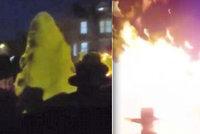 Až 30 zraněných po explozi vatry! Házeli do ní telefony, tvrdí svědci