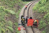 Hrůzný nález v Košířích: Na kolejích u školy ležel mrtvý muž (†25)