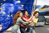 Jízdenky zdarma na vlak, autobus i loď: Brusel rozdává dárky k osmnáctinám