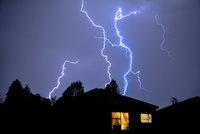Ve čtvrtek čekejte silné bouřky a přívalové deště. Zahrozí kroupy i vichr