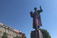 Další útok vandalů na sochu sovětského maršála: Zase ho polili růžovou barvou!