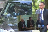 """Zeman a Klaus se sešli k oslavám na ruské ambasádě. Co tam """"vyvedli"""" Nečasovi?"""