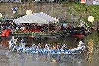 ŽIVĚ: Vzácné gondoly z Benátek plují po Vltavě, sledují je tisíce lidí. Svatojánské oslavy vrcholí