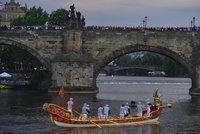 ŽIVĚ: Praha ve víru svatojánských oslav: po Vltavě plují benátské gondoly