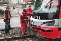 Vážná nehoda na Rašínově nábřeží: Tramvaj se srazila s autem, provoz je omezen